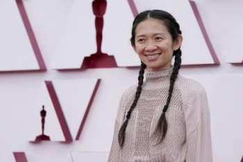 Хлоя Чжао получила «Оскар» как лучший режиссер за фильм «Земля кочевников»